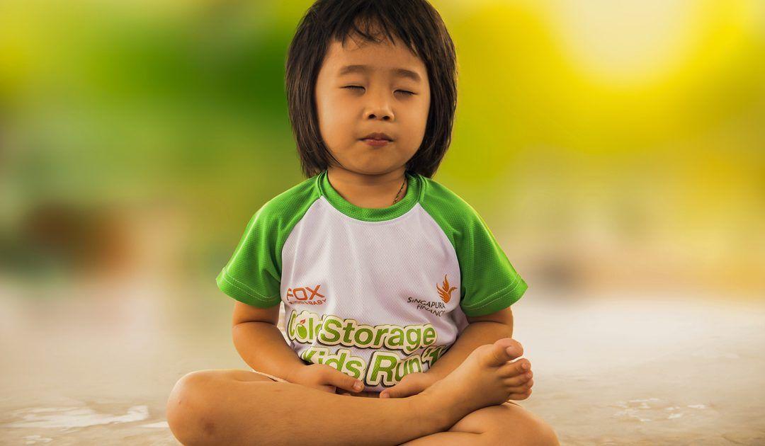Practicar yoga con los niños a través de juegos tradicionales