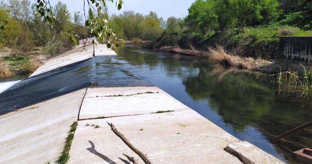 senda por la presa del río henares