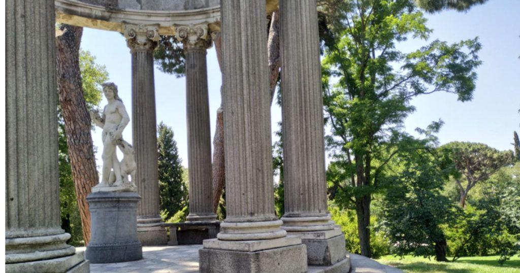 estatua en el parque del capricho