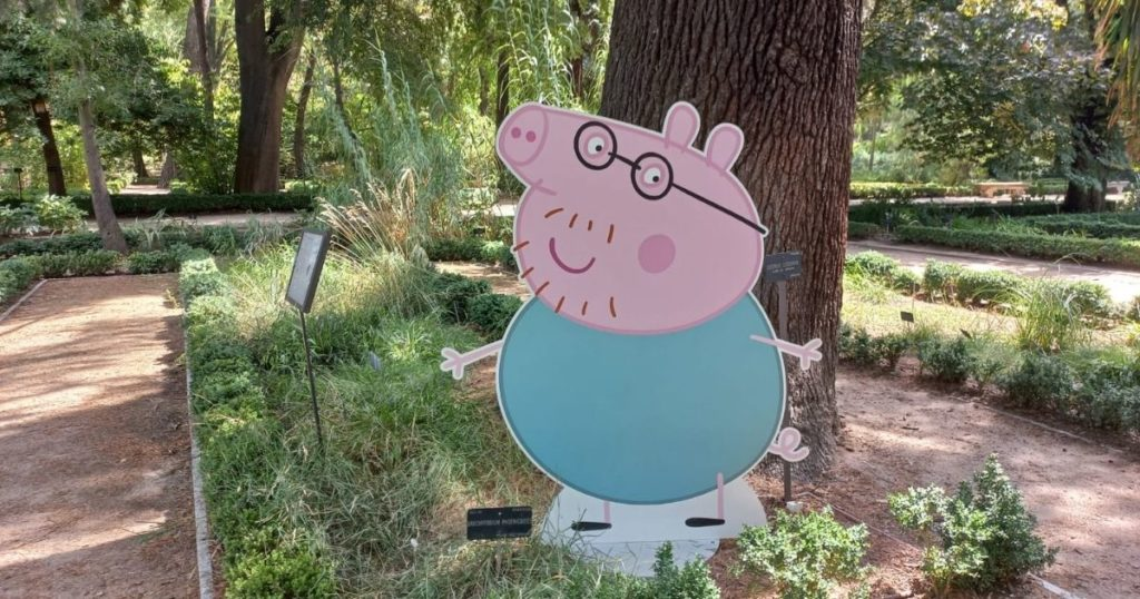 papa pig en el jardín botánico de madrid